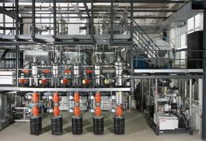 Pilotanlage für die Nanopartikelsynthese am Institut für Energie- und Umwelttechnik in Duisburg. Diese kann Silizium-Nanopartikel, z.B. für effizientere Batterien oder thermoelektrische Generatoren, im Kilogramm-Maßstab herstellen. Thermoelektrische Generatoren nutzen Temperaturunterschiede aus, um elektrischen Strom zu erzeugen, und stellen damit eine alternative Energiequelle dar. © CENIDE